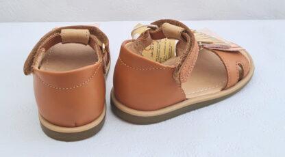sandale avec contrefort pour premiers pas en cuir lisse camel clair et doté de franges métallisées, irisées et glitter rose, modèle Tity Falls de Shoo Pom fermé par 1 bride à velcro