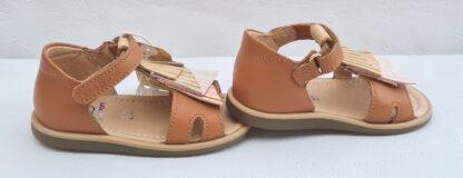 sandale avec contrefort en cuir lisse camel clair doté de franges sur le pied cuir métallisé et pailleté, modèle Tity Falls de Shoo Pom fermé par 1 bride à velcro
