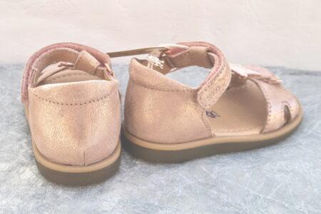 Nu-pied premiers pas Tity Kid en cuir velours nude joliment décoré d'une étoile cooper et de 3 petites franges, modèle fermé par 1 bride à velcro