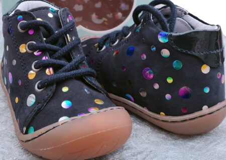 Zala, une chaussure souple pré-marche en cuir marine doté de cercles cuir métal multicolore. Un modèle pour bébé signé Bellamy à lacets.