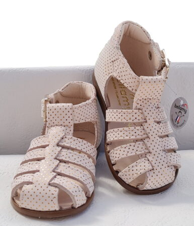 Un cuir lisse rose pâle joliment décoré de multiples pois or pour le nu-pied bout protégé Anita de Bellamy. Cette sandale premiers pas est fermée par 1 bride à boucle.