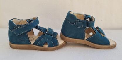 Un nu-pied pour les premiers pas en cuir nubuck bleu pétrole doté d'un contrefort avec 1 bride à velcro. Cette sandale bébé garçon est doté d'une lanière sur le bout du pied réglable avec un scratch