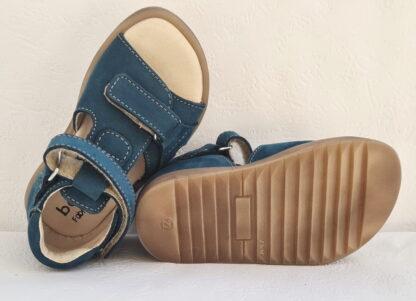 Un cuir nubuck peu pétrole pour la chaussure enfant Joe de Bellamy. Un nu-pied avec contrefort, 1 bride à velcro et 1 lanière au bout du pied avec scratch. une sandale pour premiers pas